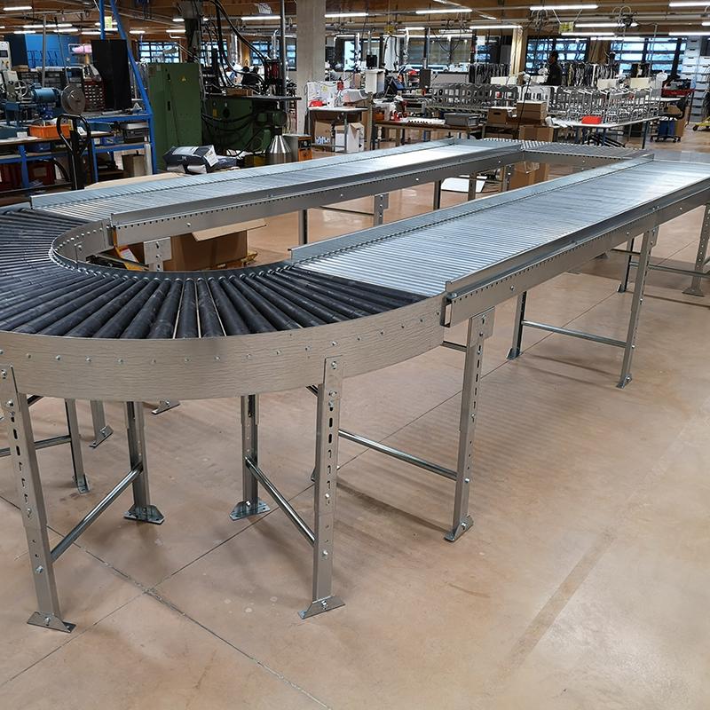 Circuit gravitaire multiposte avec table à billes, convoyeur droit à rouleaux, convoyeur courbe à rouleaux coniques