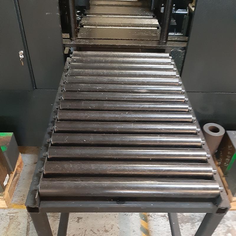 Convoyeur à rouleaux gravitaires acier pour entrée et sortie scie à ruban